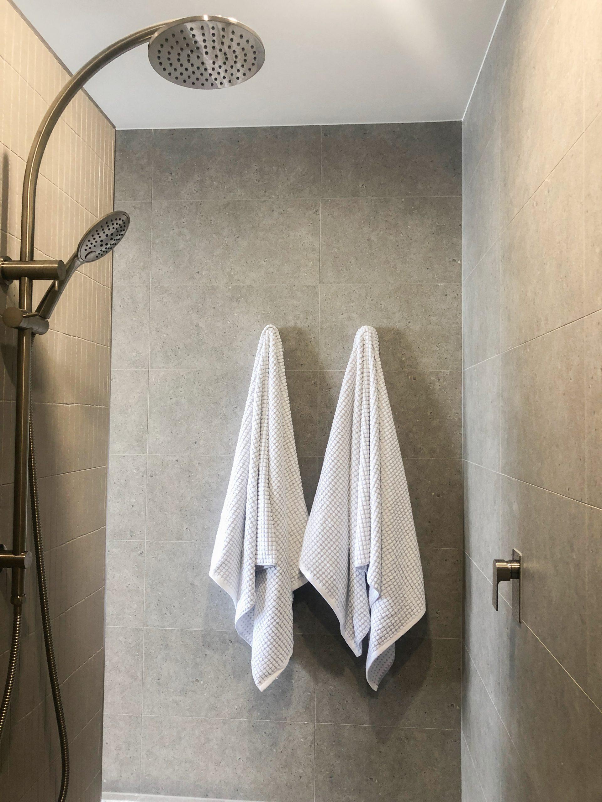 https://www.ivyandfinch.com.au/wp-content/uploads/2021/02/Bracken-Ridge-Interior-Design-Bathroom-Styling-scaled.jpg